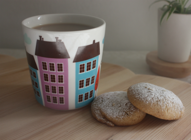 Isak coffe mug and cookies