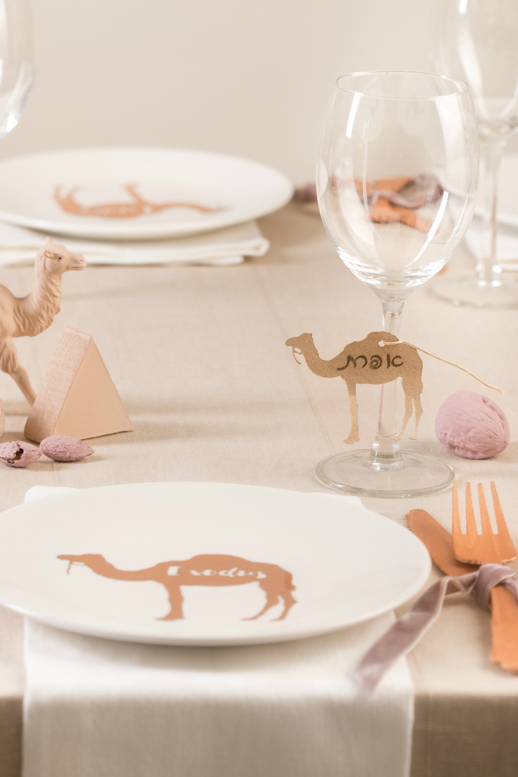 table desert camels pyramids eygpt sand pink, camels plates, rose gold fork and knife nuts hazelnuts camel place cards