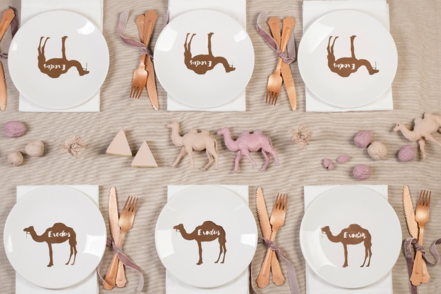 table desert camels pyramids eygpt sand pink, camels plates, rose gold fork and knife nuts hazelnuts