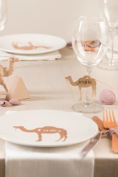table desert camels pyramids eygpt sand pink, camels plates, rose gold fork and knife nuts hazelnuts camel place cards