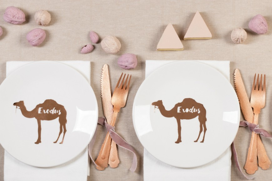 table desert camels pyramids eygpt sand pink, camels plates, rose gold fork and knife nuts hazelnuts