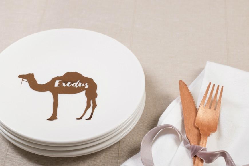 table desert camels pyramids eygpt sand pink, camels plates, rose gold fork and knife
